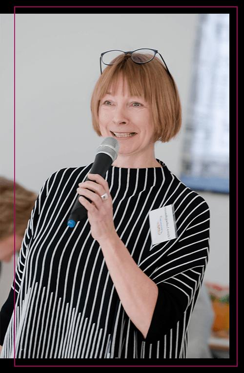 Tatjana Ludwigshausen mit Mikrofon